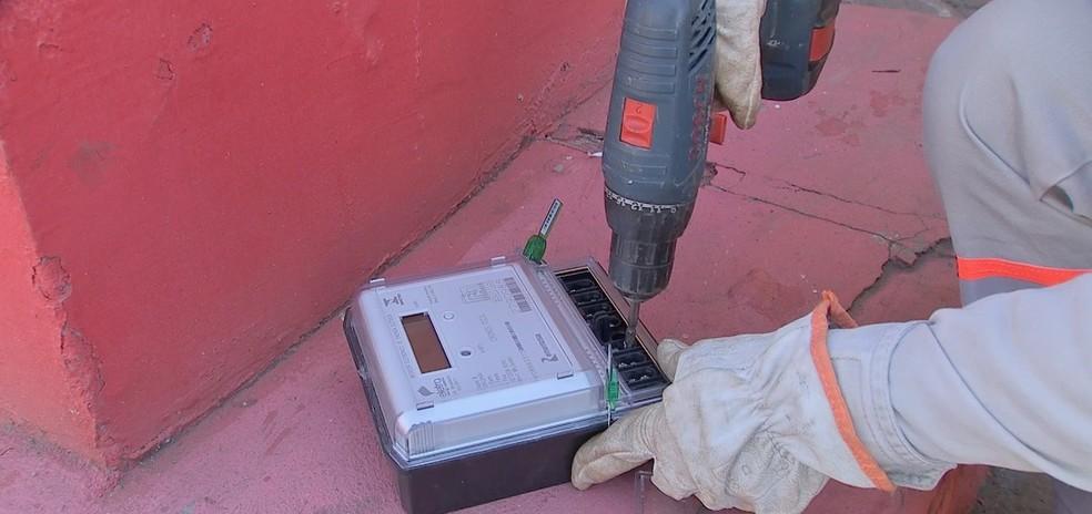 Operação de combate a furtos de energia foi realizada em Várzea Grande (Foto: TVCA/Reprodução)