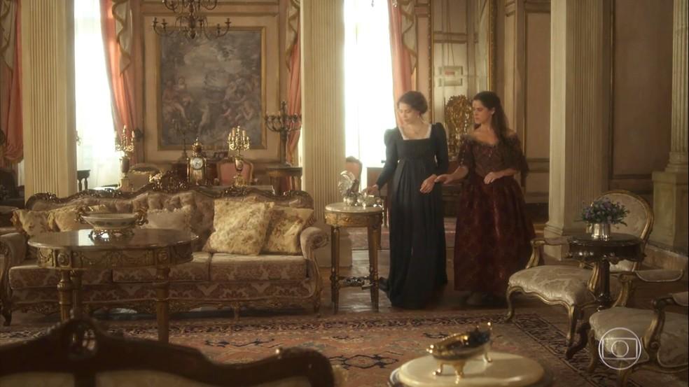 Elvira (Ingrid Guimarães) passa um dia na Quinta e copia os trejeitos de Leopoldina (Letícia Colin), em 'Novo Mundo' — Foto: TV Globo
