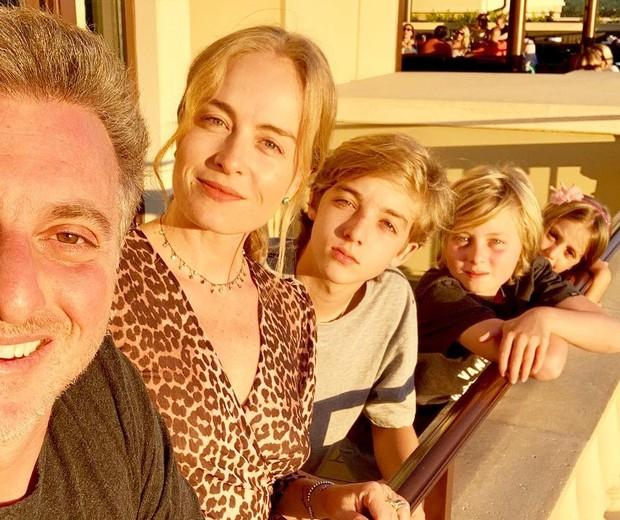 Angélica e Luciano Huck com os filhos, Benício, Joaquim e Eva (Foto: Reprodução/Instagram)