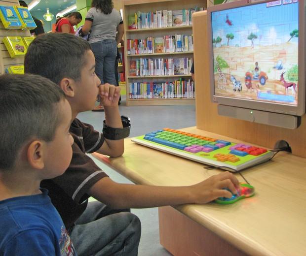 Vídeos e desenhos infantis podem ser um meio de aproximar pais e filhos (Foto: divulgação)