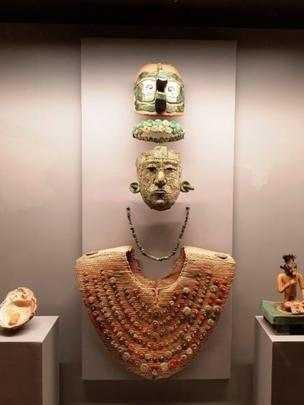 O enxoval funerário da Rainha Vermelha é composto por sete peças: máscara, tiara, colar, peitoral, cocar, concha e estatueta (Foto: INSTITUTO NACIONAL DE ANTROPOLOGÍA E HISTORIA)