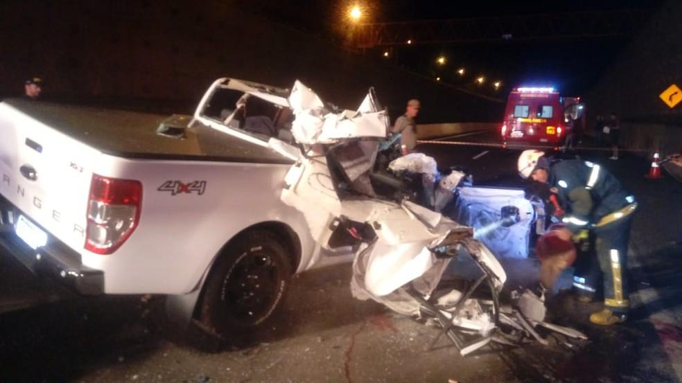 Caminhonete bateu na traseira de caminhão no contorno norte de Maringá — Foto: PRF/Divulgação