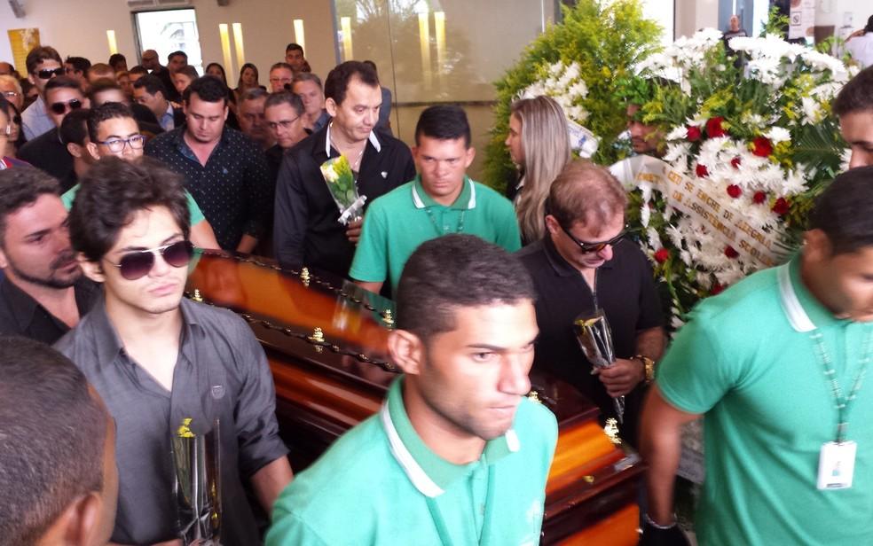 Corpo do humorista Shaolin foi enterrado em cemitério de Campina Grande — Foto: Artur Lira/G1