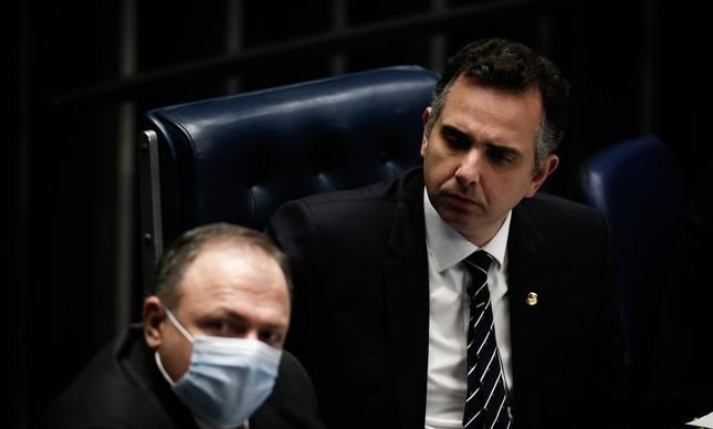 O presidente do Senado, Rodrigo Pacheco, observa o ministro da Saúde, Eduardo Pazuello