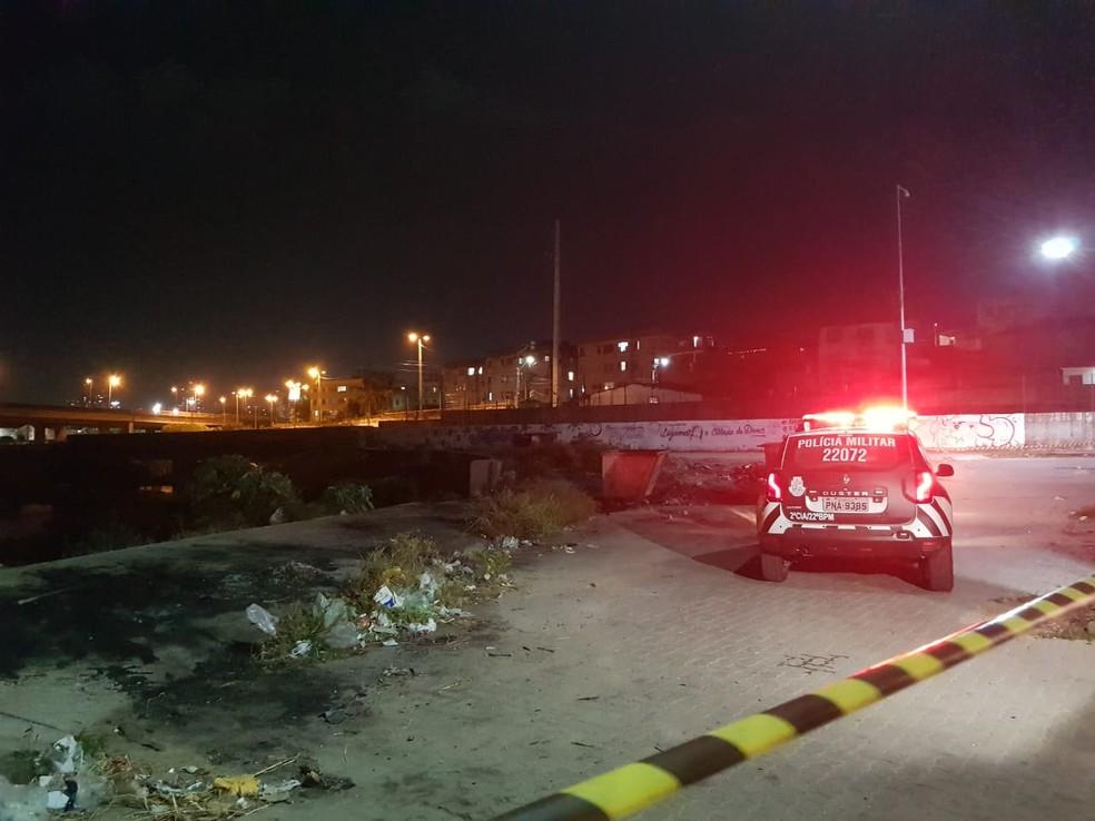 Local onde o corpo foi deixado fica ao lado de um canal no Lagamar — Foto: Rafaela Duarte/SVM