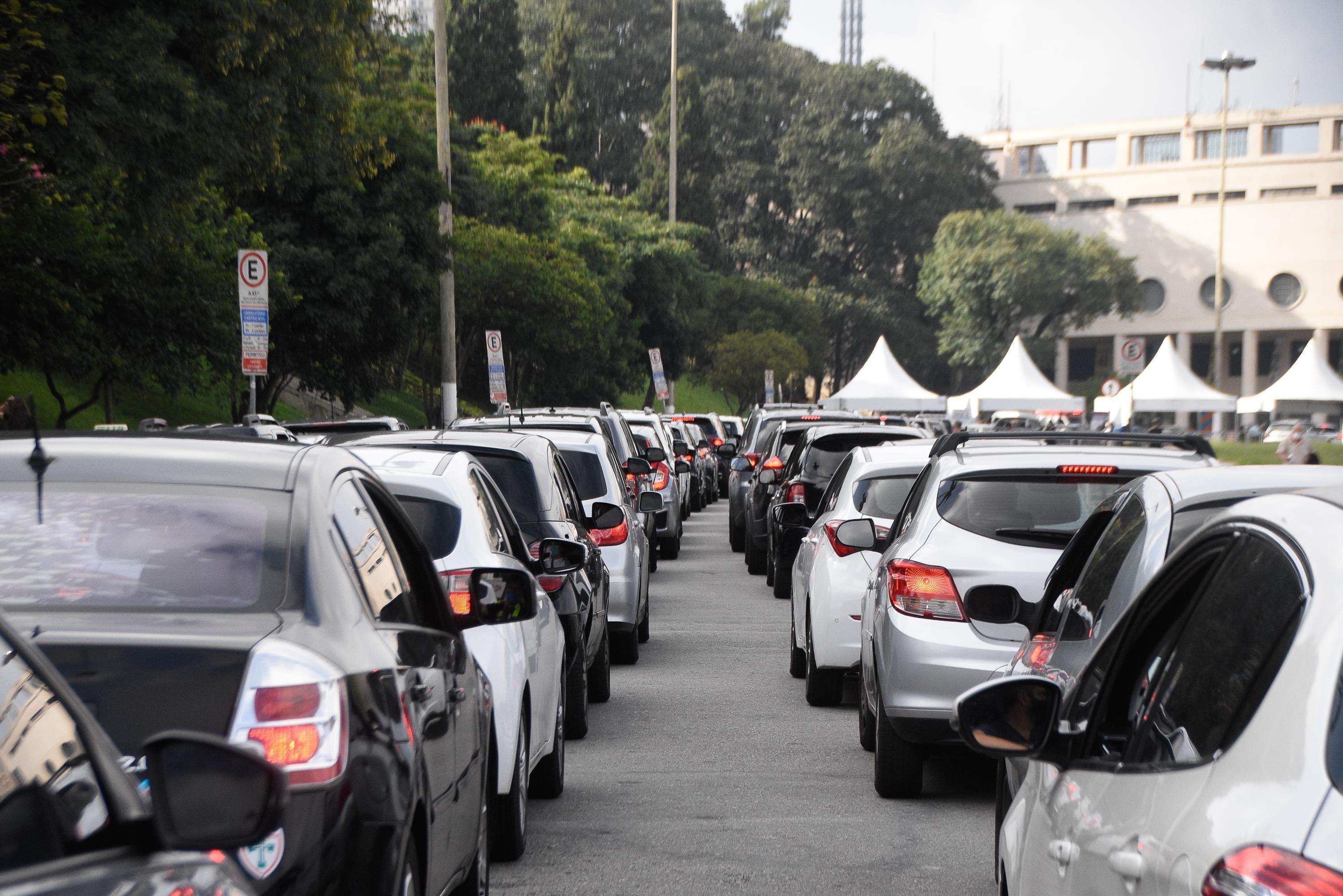 Vacinação de idosos contra Covid-19 na capital de SP entra no 2º dia com filas de carros; seis postos drive-thru abrem neste domingo