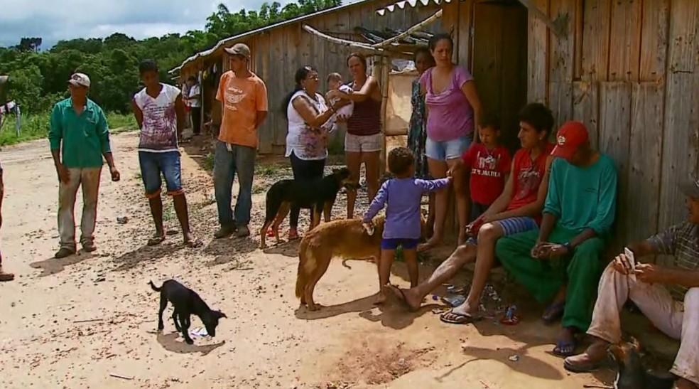Famílias foram abandonadas em lavoura de tomate em São Sebastião do Paraíso (MG). (Foto: Reprodução/EPTV)
