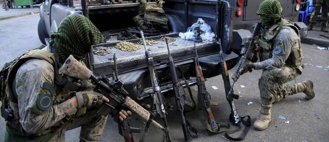 Armas, munição e drogas apreendidos pelo Bope na Rocinha  (Foto:  Uanderson Fernandes / Agência O Globo  )
