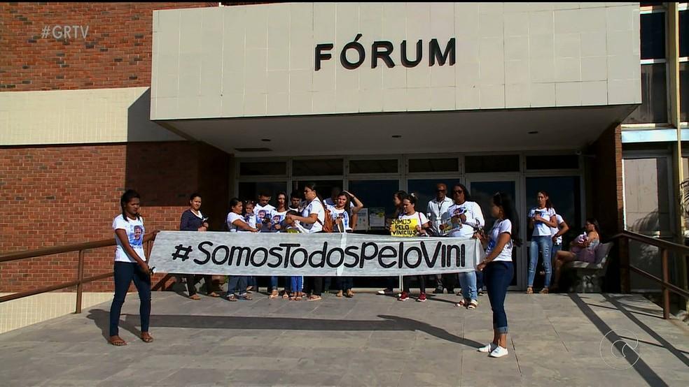 Familiares fazem manifestação em frente ao fórum de Petrolina (Foto: Reprodução/ TV Grande Rio )