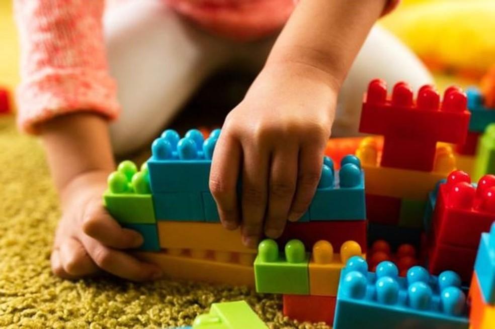 Quando os pais resolvem seus conflitos de modo saudável, dão uma importante lição aos filhos (Foto: Getty Images)