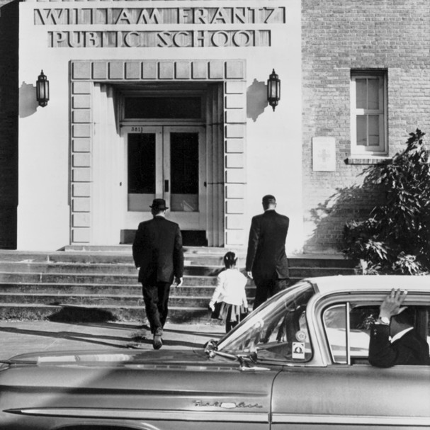 First grade Negro girl Ruby Bridges is escorted by US Federal Marshals into William Frantz elementary school during the second week of the court ordered integration, New Orleans, Louisiana, November 28, 1960. Two white students attended that day as there  (Foto: Getty Images)