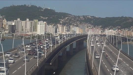 Engavetamento entre 4 carros causa lentidão na Ponte Colombo Salles, em Florianópolis
