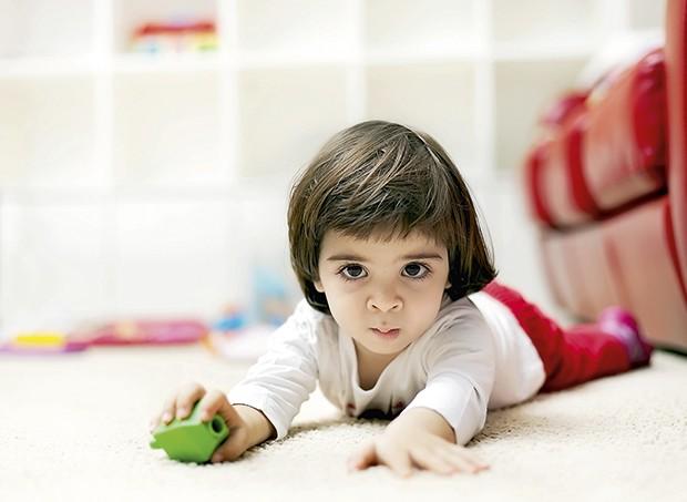 Menino no chão (Foto: Thinkstock)