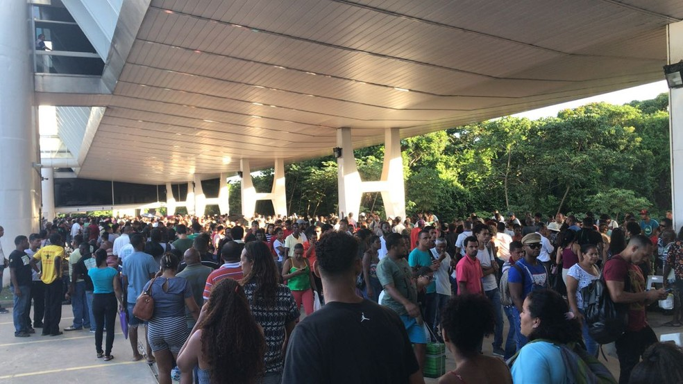 Eleitores que deixaram para regularizar situação eleitoral no último dia enfrentou fila de mais de 1km na sede do TRE, em Salvador. (Foto: Alan Alves/ G1)