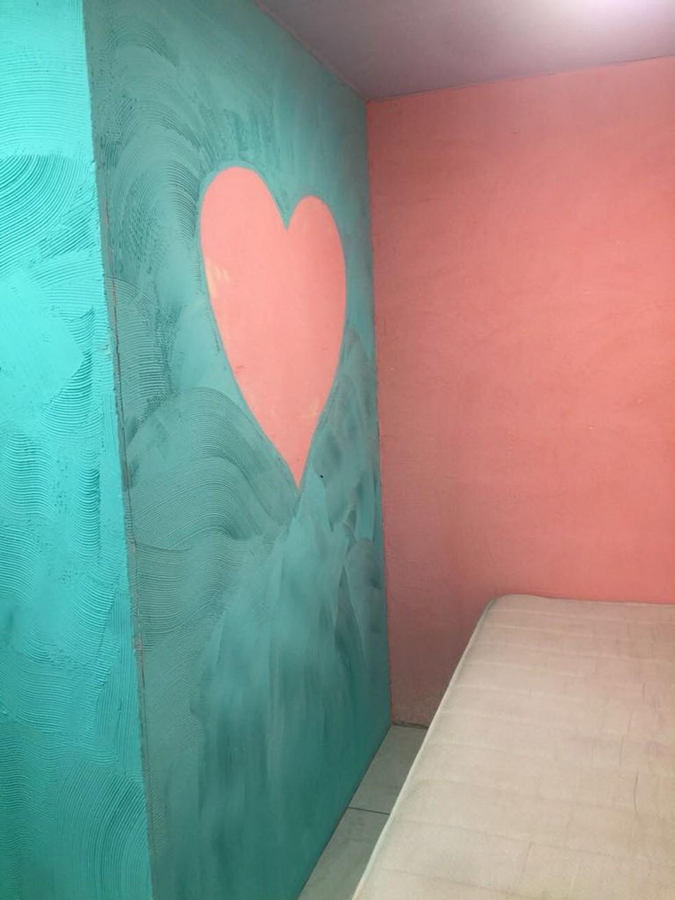 Suíte para visitas íntimas de presos tem parede decorada na cadeia de Benfica. (Foto: Divulgação)