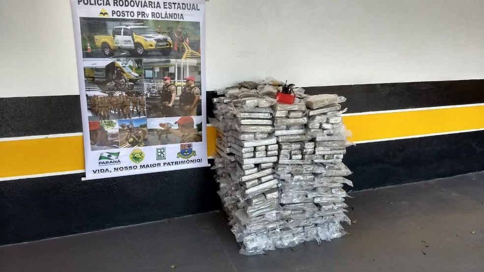 Tabletes de maconha foram encontrados em teto falso de caminhão frigorífico na quarta-feira (11), em Rolândia (Foto: Vinicius Frigeri/RPC)