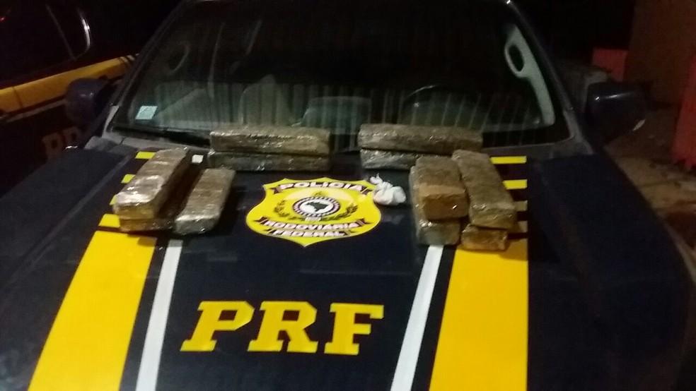 Segundo PRF, mulher receberia R$ 1.500,00 pelo transporte da droga (Foto: PRF / Divulgação)