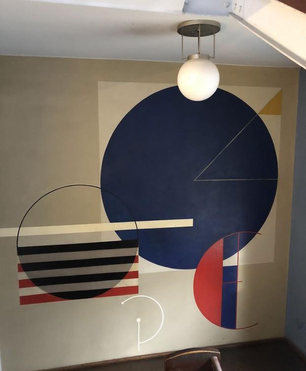 Os murais criados durante as aulas de Oskar Schlemmer exibiam cores primárias e figuras geométricas (Foto: Stéphanie Durante/Editora Globo)