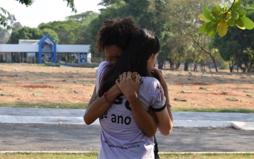 Estudantes do Colégio Goyases se abraçam durante velório de colega em Goiânia (Foto: Murillo Velasco/ G1)