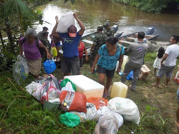 Famílias são transportadas por homens do Exército, enquanto ponte não é reconstruída (Foto: Lindon Jonhson Bezerra/TV Amazonas)