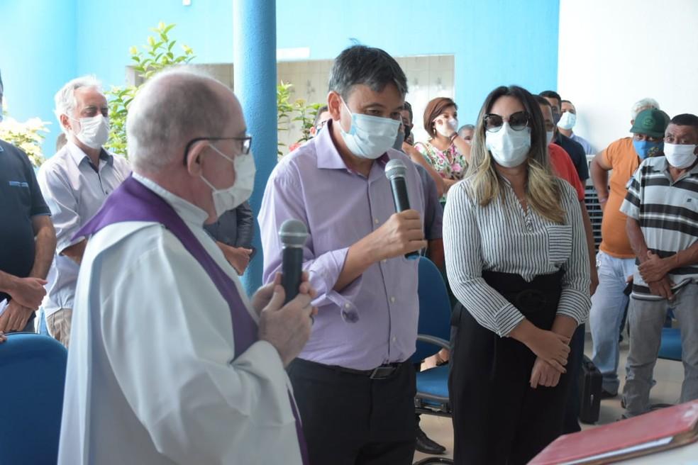 Governador esteve presente no velório de Assis Carvalho — Foto: Divulgação