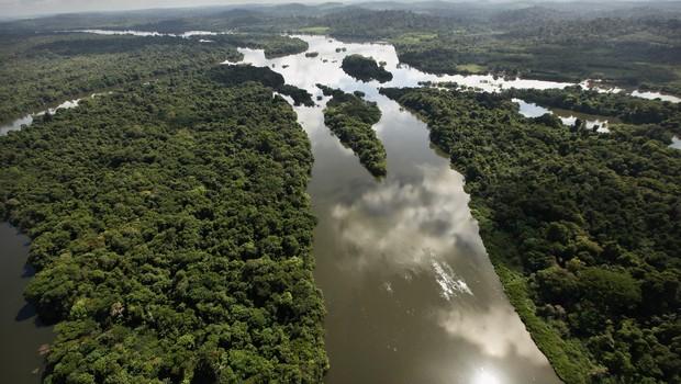 Distância dos grandes centros urbanos do país dificulta o desenvolvimento de iniciativas empreendedoras na Amazônia (Foto: Mario Tama/Getty Images)