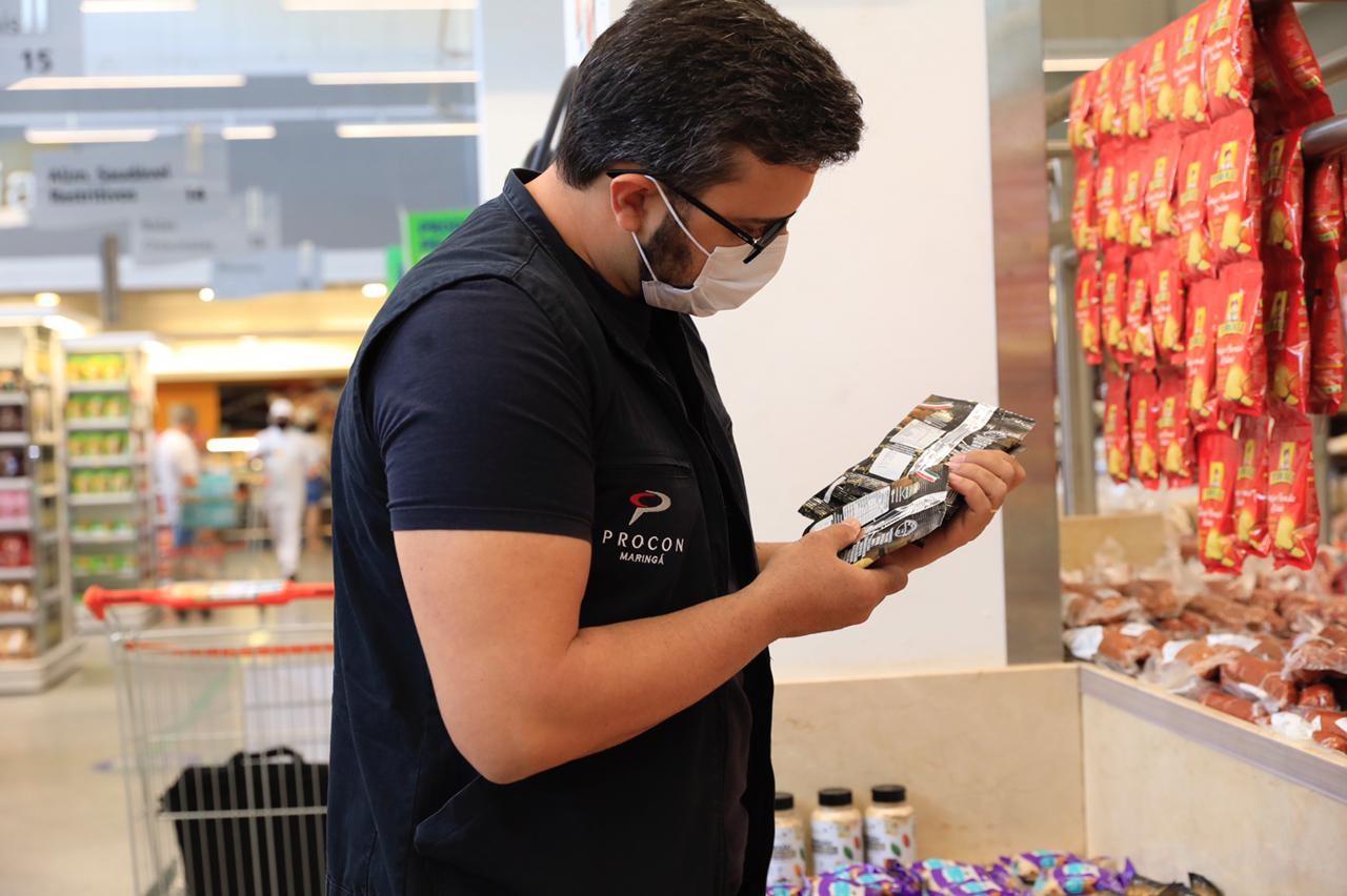 Supermercado é multado em mais de R$ 240 mil por expor produtos sem preço, sem validade e com embalagens violadas, em Maringá