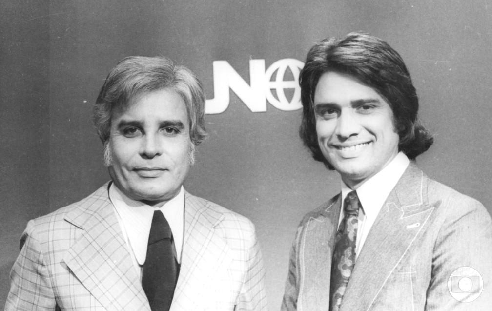 Cid Moreira e Sérgio Chapelin no primeiro cenário do JN, que estreou em 1969 — Foto: Acervo TV Globo