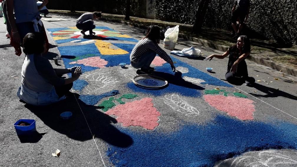 Fiéis participam da montagem de tapete de Corpus Christi próximo à Paróquia São Marcos, em Pedra Branca (SP) (Foto: Giaccomo Voccio/G1)