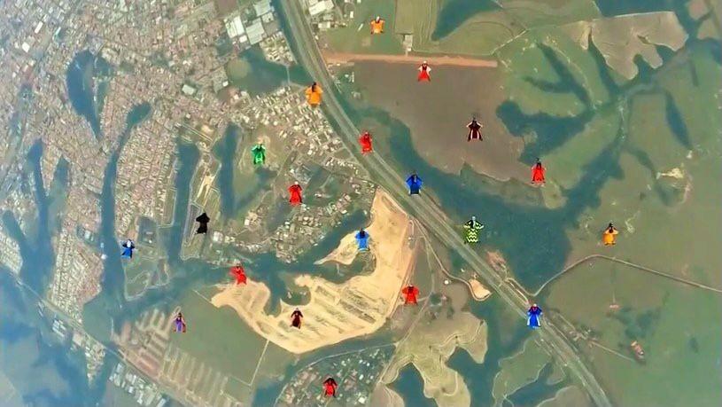 Paraquedistas saltam de wingsuit e batem recorde sul-americano em Boituva