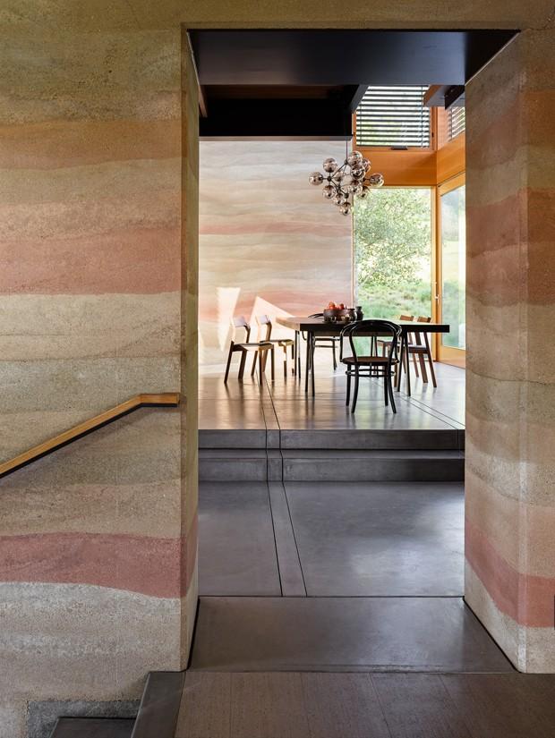 Casa de campo contemporânea tem paredes de terra batida (Foto: Joe Fletcher/Divulgação)