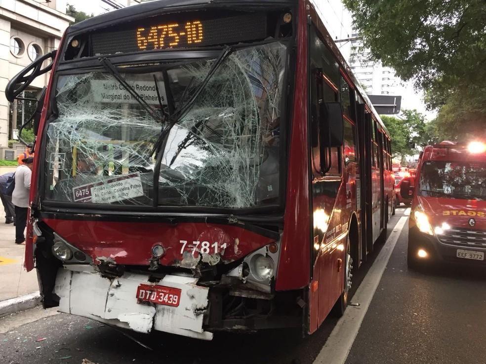 Ônibus envolvido em acidente na Marginal (Foto: Abraão Cruz e André Emateguy/TV Globo)