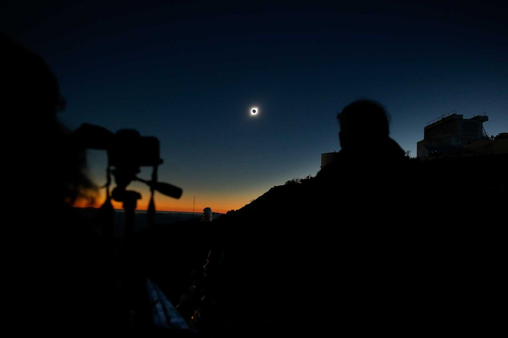 Turistas acompanham o eclipse em Coquimbo, no Chile. — Foto: Rodrigo Garrido/Reuters