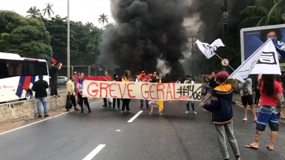Bloqueio é feito por manifestantes na subida da ladeira do bairro de Oitizeiro, em João Pessoa, às 6h30 — Foto: Walter Paparazzo/G1