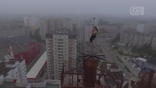 Bailarina faz pole dance em topo de prédio na Rússia