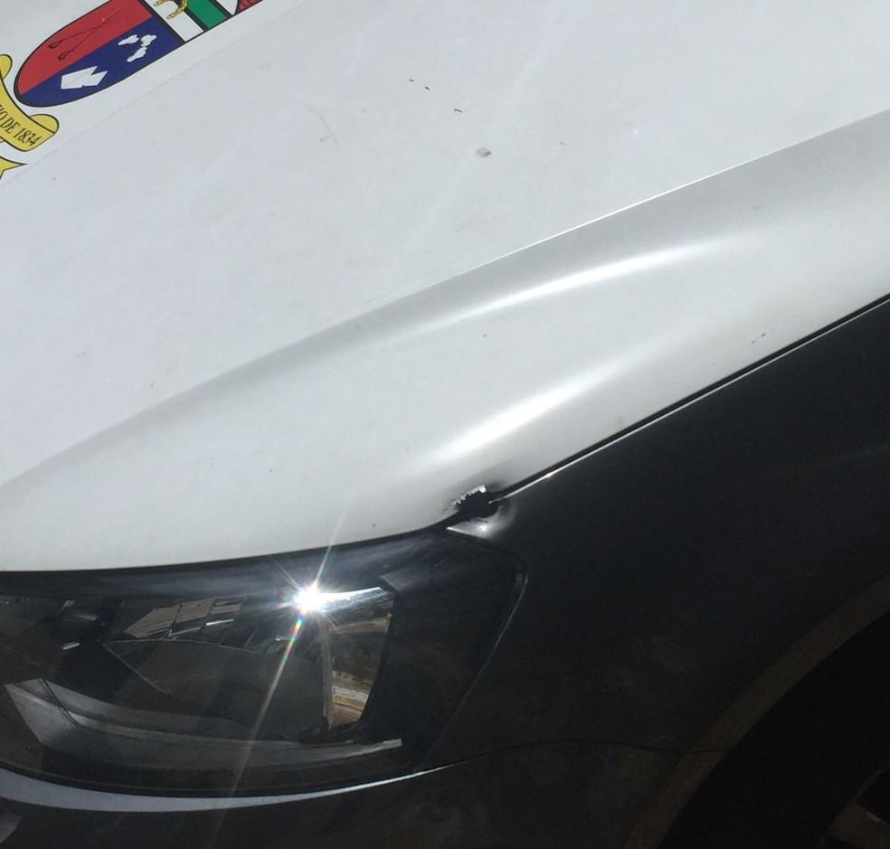 Marca de tiro no carro da PM, após perseguição em Mãe Luíza, na Zona Leste de Natal.  (Foto: Polícia Militar/Divulgação)