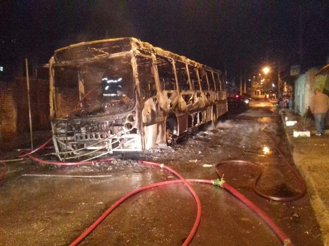 Ônibus é incendiado na Zona Sul de Porto Alegre