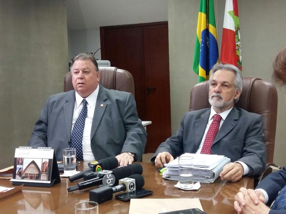 Desembargador Blasi (à direita), disse episódio é o mais grave em 125 anos de história do TJSC (Foto: Eveline Pôncio/RBS TV)