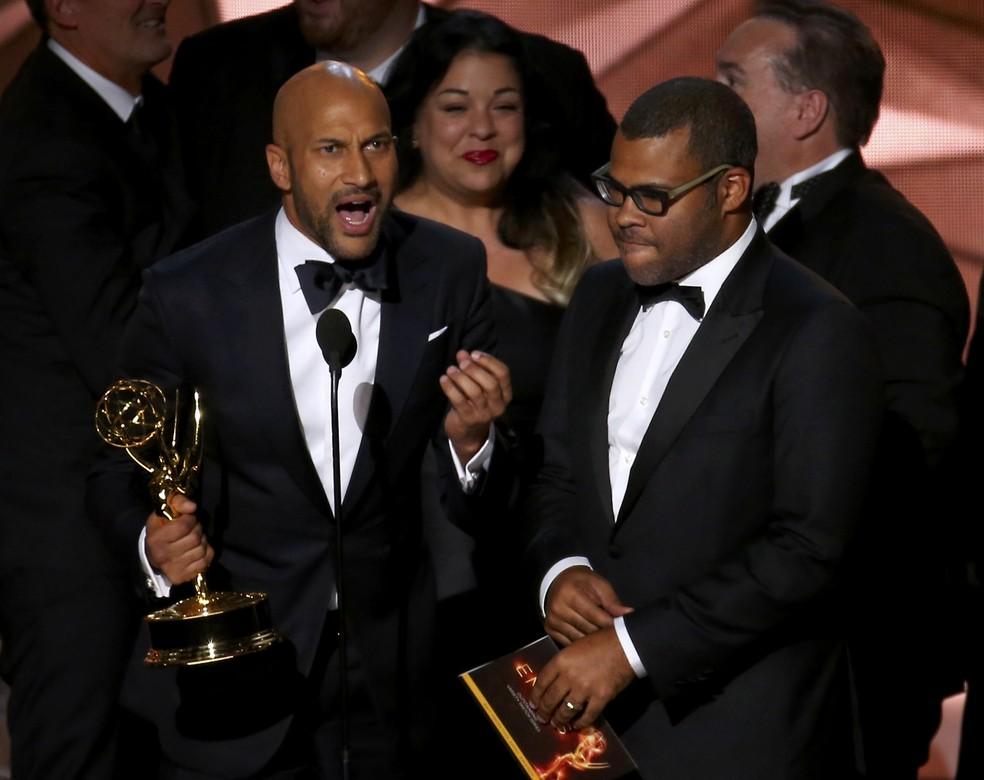 """Keegan-Michael Key e Jordan Peele agradecem o prêmio como melhor programa de variedades com esquetes com """"Key and Peele"""" (Foto: Mike Blake/Reuters)"""