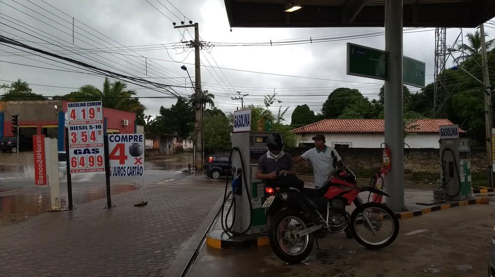 Na Travessa General Arthur Carvalho, um posto diminuiu o preço do diesel s10 de R$ 3,99 para R$ 3,54 (Foto: Rafael Cardoso/G1 MA)