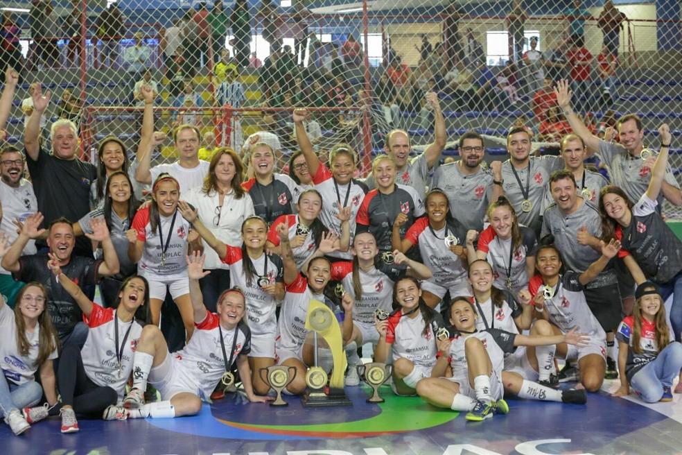 Leoas da Serra posam com a taça da Copa das Campeãs — Foto: Pedro Veríssimo