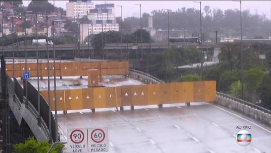Técnicos escoram 120 metros de viaduto que cedeu na marginal