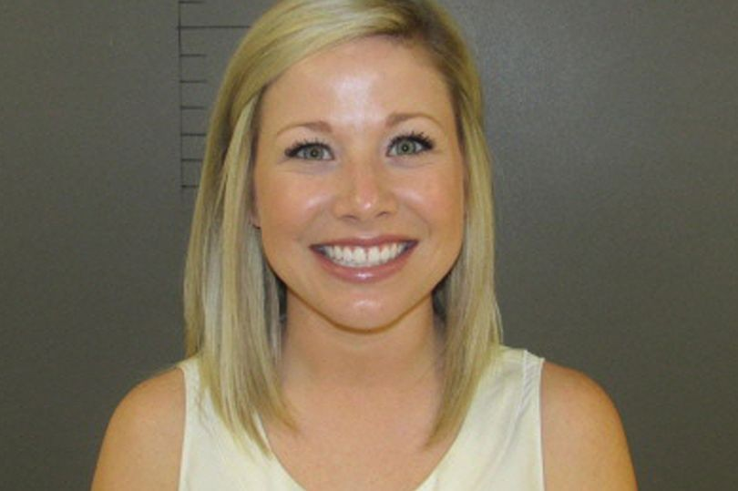 Sarah Fowlkes posa para a foto oficial em delegacia nos EUA