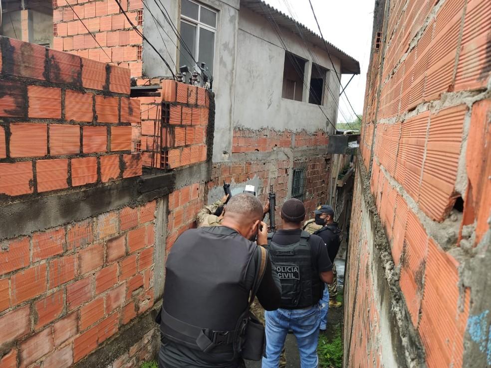 Policiais civis cumprem mandados de busca e apreensão na Bahia, durante Operação 404 do Ministério da Justiça — Foto: Arquivo pessoal