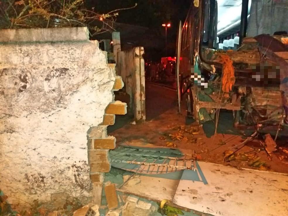 Ônibus derrubou parte do muro de uma residência em acidente na BR-101, no Engenho do Meio — Foto: Polícia Rodoviária Federal/Divulgação