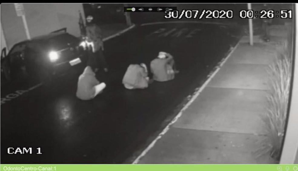 Moradores foram feitos reféns pelos criminosos em Botucatu — Foto: Reprodução