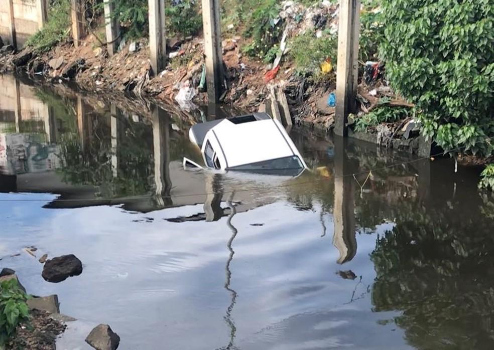 PM não sabe se os bandidos caíram com o carro no canal ou se o veículo foi abandonado próximo e depois dentro dele (Foto: Kleber Teixeira/Inter TV Cabugi)