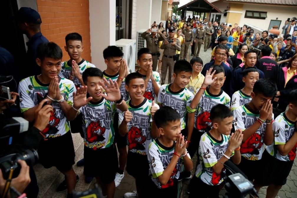 Jovens que ficaram presos em caverna  fazem saudação o chegar para coletiva de imprensa (Foto: Soe Zeya Tun/Reuters)