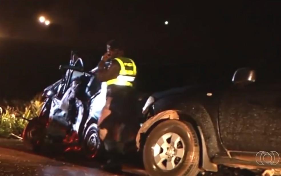 -  Carro bateu de frente contra caminhonete e ficou destruído na GO-174, em Rio Verde, Goiás  Foto: TV Anhanguera/ Reprodução