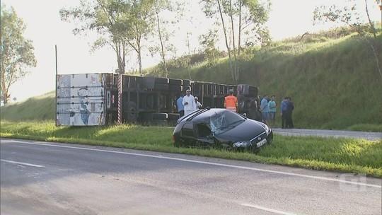 Acidente entre carreta e carro causa congestionamento na Fernão Dias em MG